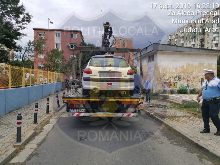 Poliţiştii locali ridică maşinile parcate neregulamentar