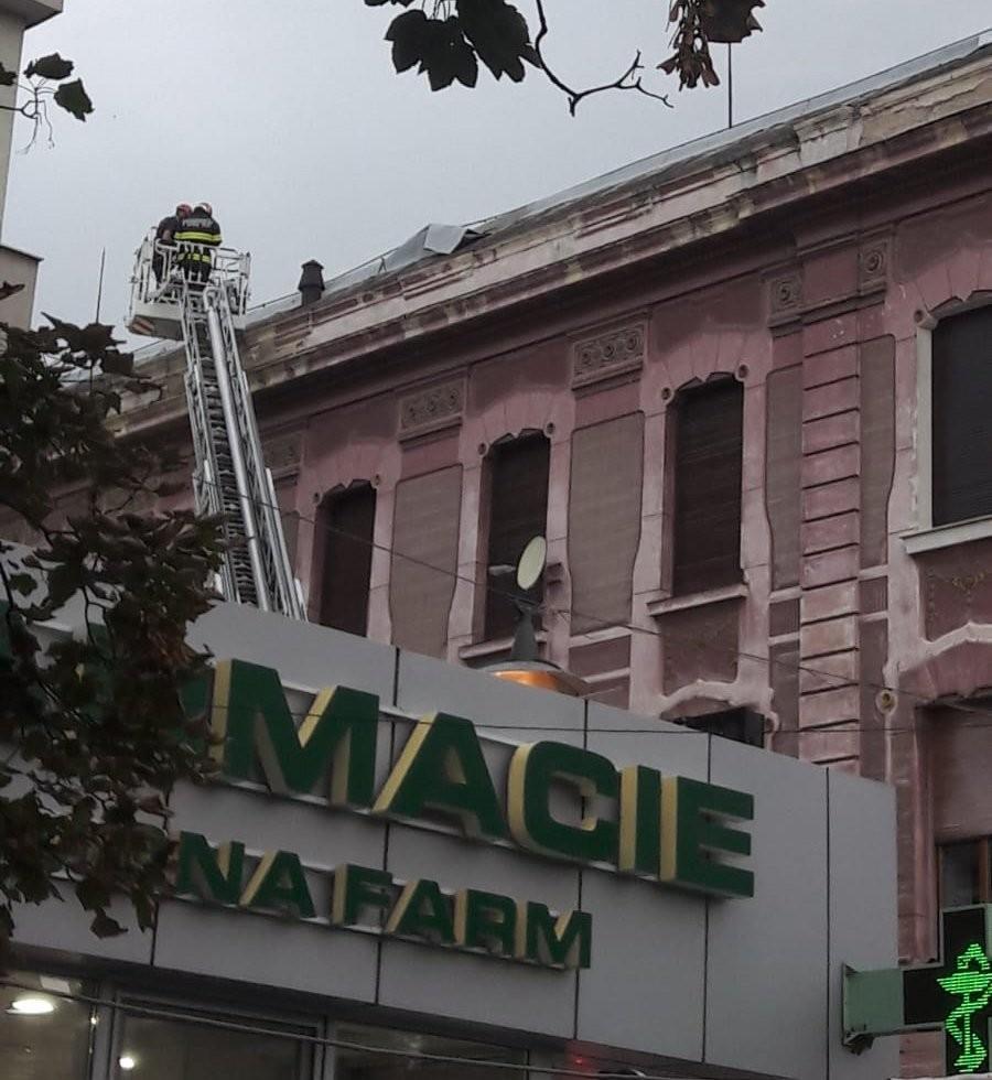 Pompierii au îndepărtat tabla desprinsă de pe acoperișuri