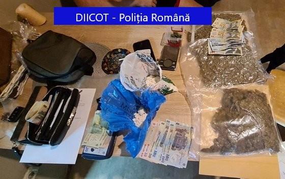 Ce au găsit procurorii şi poliţiştii acasă la un traficant de droguri din Arad / UPDATE: Prins în flagrant