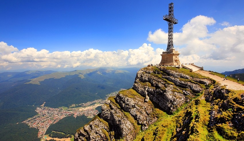 Crucea Eroilor de pe Caraiman va fi resfințită de Sfântul Andrei. Renovarea, finalizată de MApN cu 8 luni mai devreme