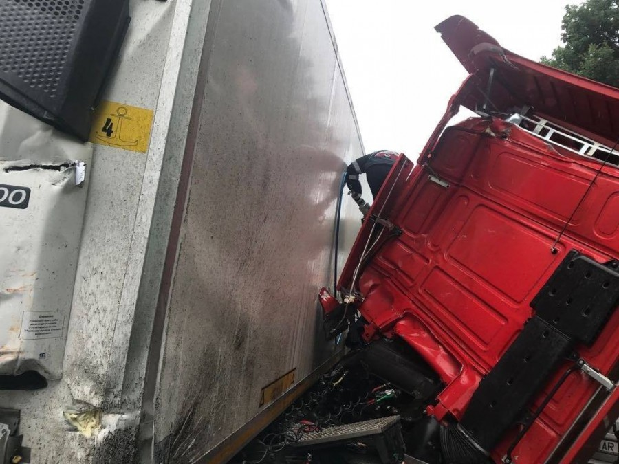 Accident între două camioane la Bătuța