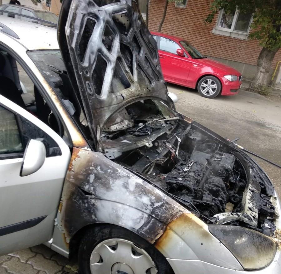 Incendiu la un autoturism pe str. Zalău