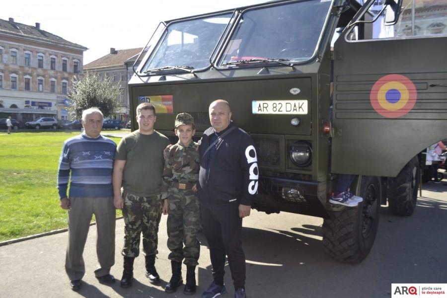 """La """"Retro parada toamnei 2019"""" la Arad au fost expuse 60 de vehicule istorice"""