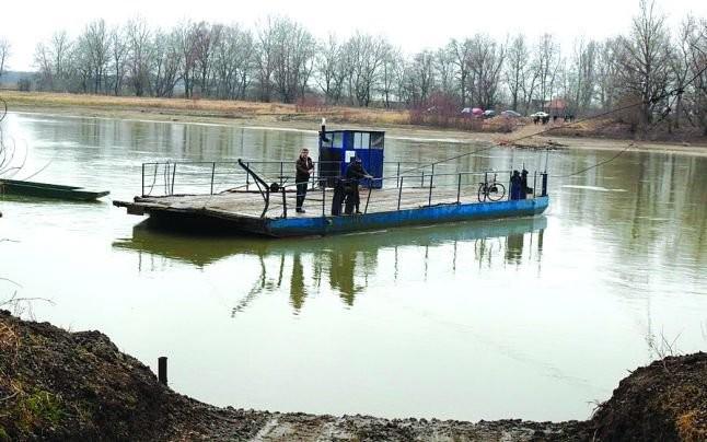 Pompierii caută în Mureș bărbat căzut în apă de pe un pod plutitor la Pecica