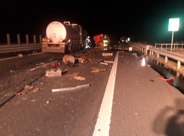 Accident cu un TIR, o cisternă și o Dacia Logan pe Autostrada Arad - Timișoara / UPDATE: Circulaţia s-a reluat pe o bandă