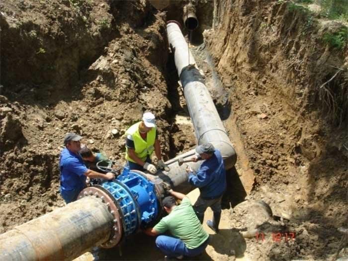 Continuă lucrările la reţeaua de apă de pe Calea Radnei
