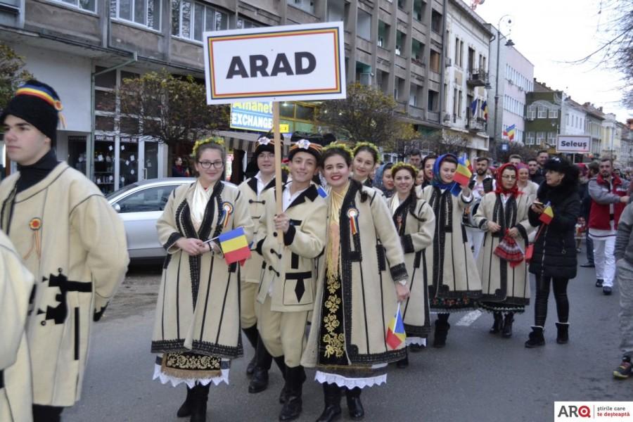 Parada portului popular și un spectacol folcloric de zile mari