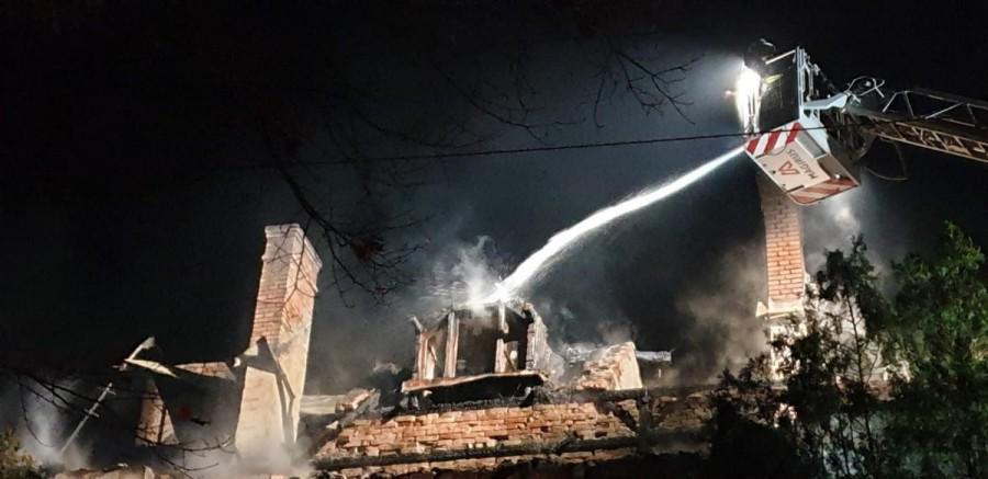 Incendiu la acoperișul unui bloc în Curtici