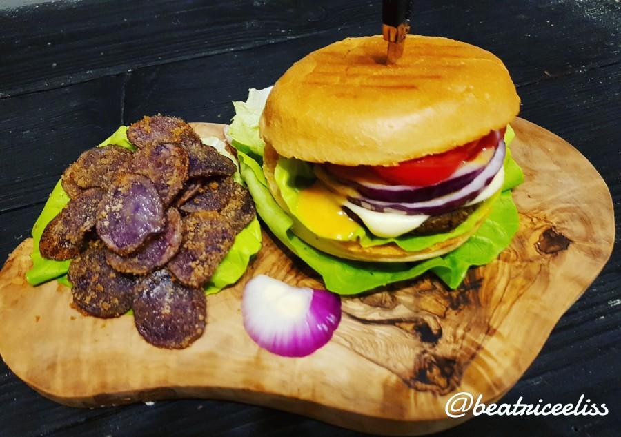Din Bucătăria Lui Eliss: Burger vegan cu cartofi violeți la cuptor și maioneză vegană cu avocado și turmeric