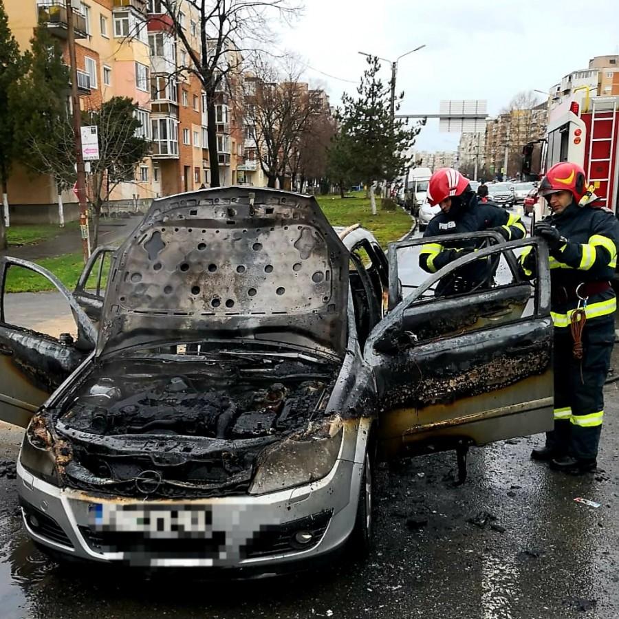 Mașină distrusă de flăcări în ziua de Ajun