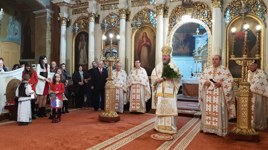 (FOTO) Nașterea Domnului, iubirea nemărginită a lui Dumnezeu față de oameni. Liturghie Arhierească la Catedrala Veche din Arad