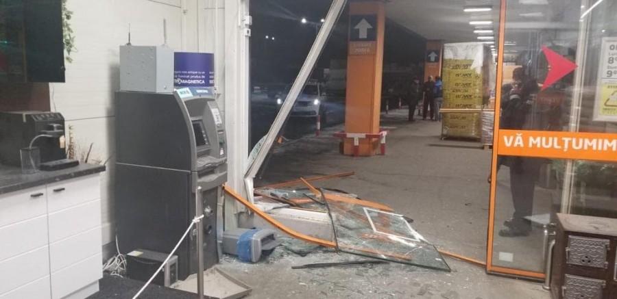 Cum au vrut patru hoți să fure un bancomat aflat în incinta Dedeman