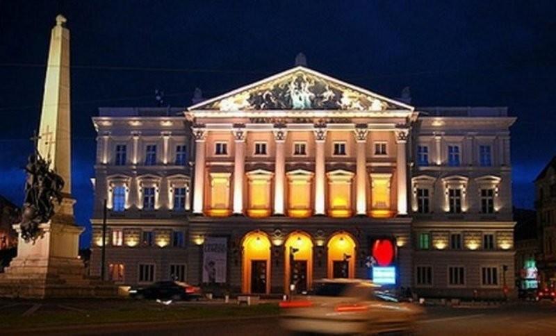 Teatrul va fi iluminat în culorile drapelului național de ziua lui Eminescu; toate locurile de la Cinema Arta au fost rezervateTeatrul va fi iluminat în culorile drapelului național de ziua lui Eminescu; toate locurile de la Cinema Arta au fost rezervate