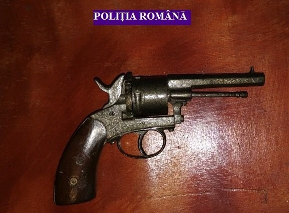 Pistol găsit de polițiști la un bărbat din Șiria; vezi ce s-a întâmplat cu deținătorul