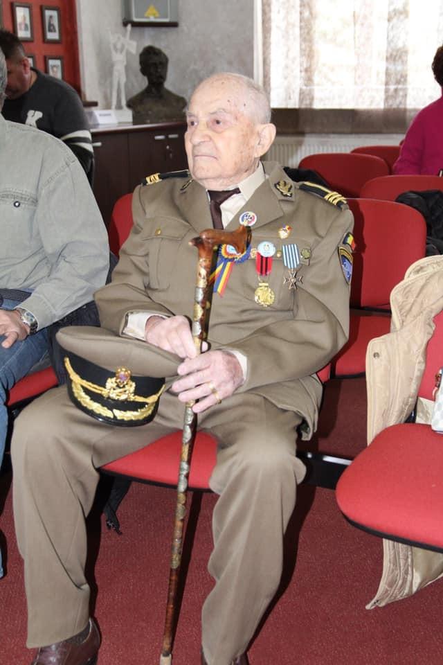 """Veteranul de război Emil Veţeleanu, sărbătorit la 101 ani: Diploma """"Vârsta de Aur"""" și Cetățean de Onoare al municipiului Râmnicu Vâlcea"""