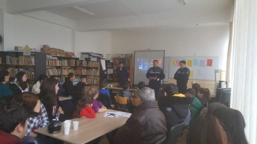 Poliţiştii arădeni ţin lecţii elevilor