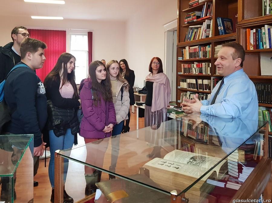(FOTO) Cea mai captivantă expoziție de Biblii, la Arad, timp de șapte zile