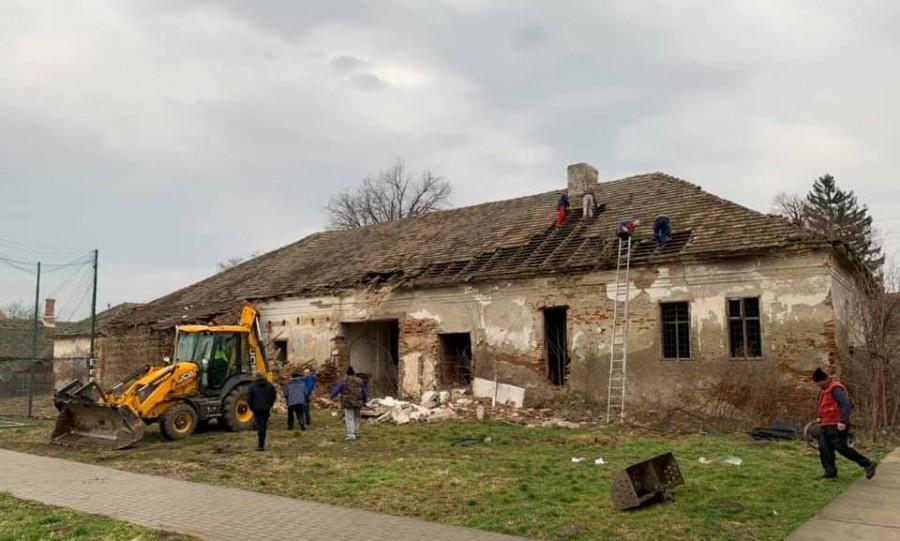 După un proces interminabil cu Poșta Română, Primăria Macea a început demolarea unei clădiri care punea în pericol siguranța copiilor