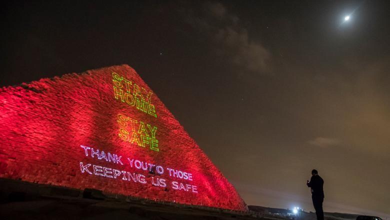 """""""Rămâneţi acasă, rămâneţi în siguranţă"""". Marea Piramidă din Giza, iluminată cu mesaje dedicate luptei împotriva COVID-19"""