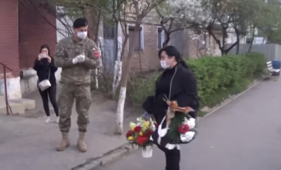 """""""În numele lor, ne cerem scuze, Mihaela!"""". Infirmiera terorizată de vecini, așteptată cu flori și aplauze de militari"""
