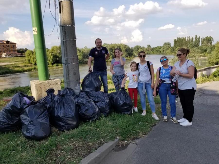 Acțiune de voluntariat cu Sufrageria Arădeană- igienizare malul Mureșului