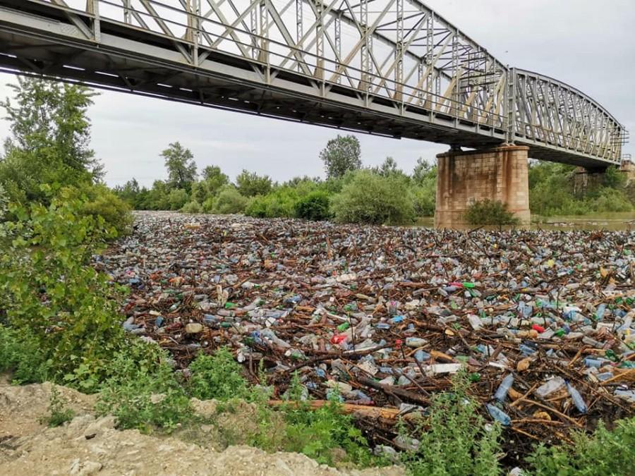 România 2020. Râul Olteț blocat de pet-uri, crengi și gunoaie aduse de viitură