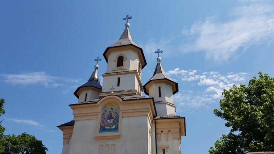 Slujbele vor putea fi oficiate în interiorul bisericilor, cu participarea credincioșilor