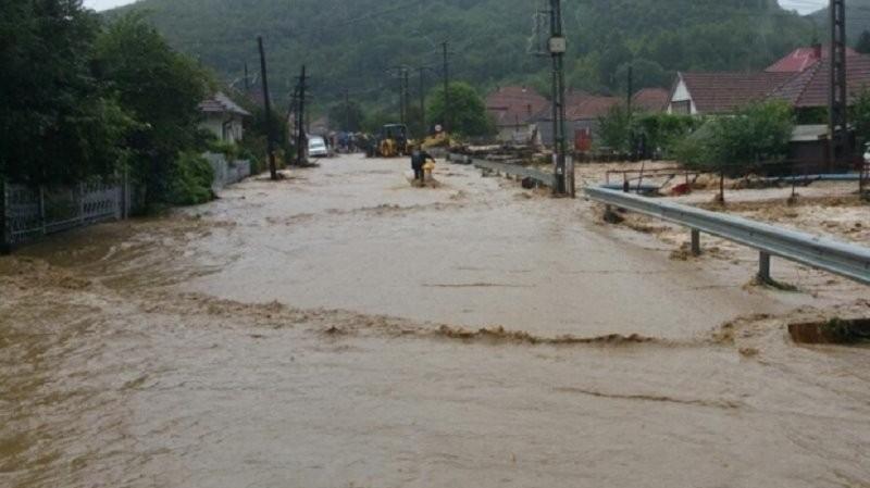 Gospodării din 160 de localităţi afectate de inundaţii. Trei oameni au murit, o fetiţă a fost luată de viitură