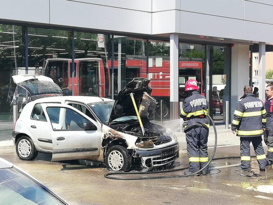 Un Renault a ars ca o torță în parcare la Lidl