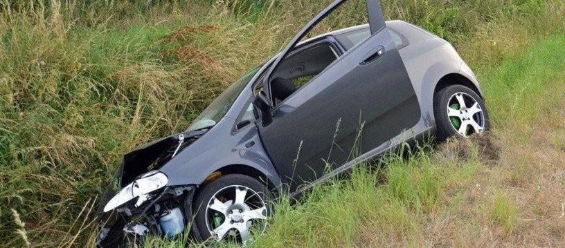 A condus beat, a intrat cu maşina în şanţ şi a părăsit locul accidentului la Vinga