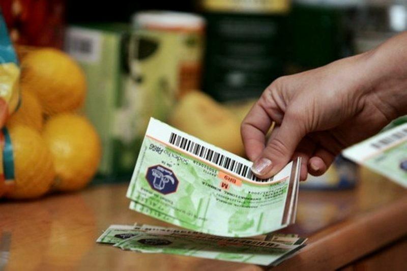 Pensionarii de peste 75 de ani, cu pensia minimă de 704 lei, vor primi bonuri de masă