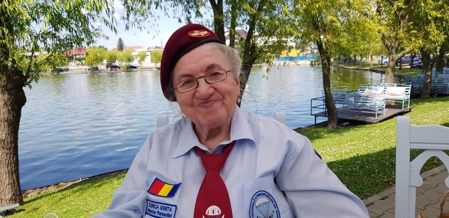 Prima femeie paraşutist de după cel de-al Doilea Război Mondial, sărbătorită la 90 de ani