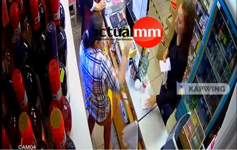 Asta e de balamuc: vânzătoare pălmuită de o clientă căreia i s-a cerut să poarte masca în magazin (VIDEO)