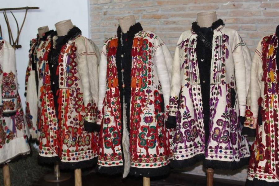 Voluntari din șapte țări, veniţi să înveţe tehnici de recondiţionare a cojoacelor din piele la un muzeu din România