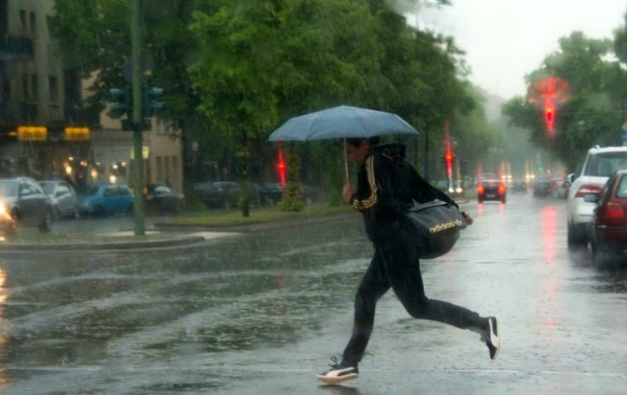 Cod galben de ploi torențiale și vijelii pentru jumătate din țară