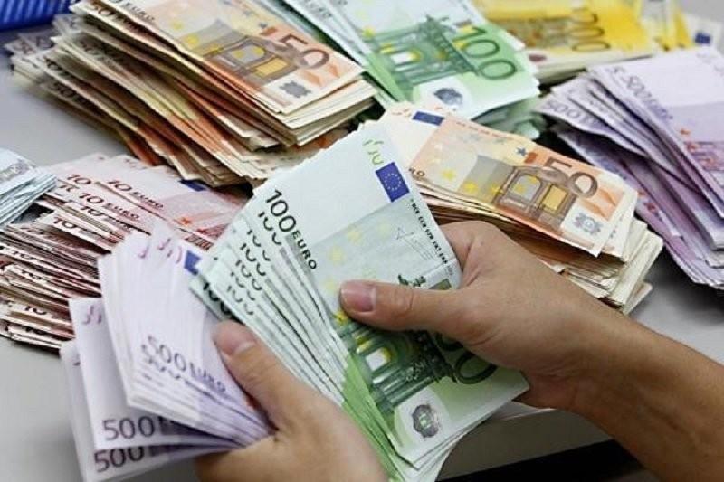 Nou maxim istoric pentru euro de 4,8595 lei