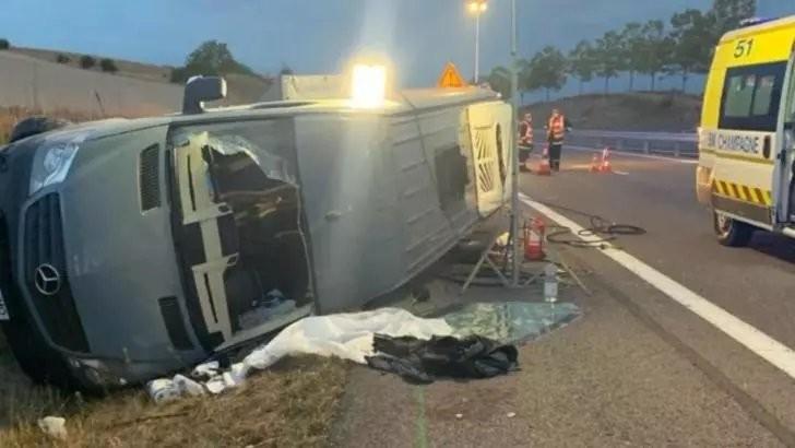 Microbuz cu 12 români, accident grav în Franța. O fetiță riscă să-și piardă mâna