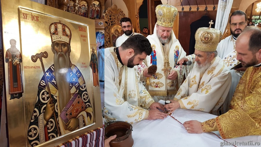 (FOTO) Sărbătoare în Cetatea Ineului. Ierarhii arădeni au târnosit Biserica închinată Sfântului Sava Brancovici