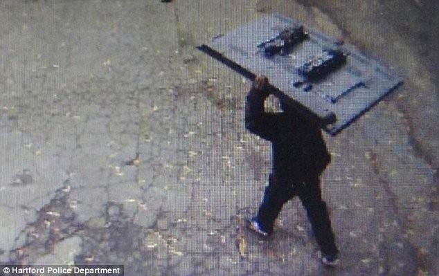 A furat televizorul din camera unei pensiuni; cum a trecut neobservat hoţul