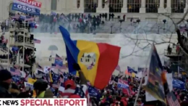 Drapelul românesc a fost fluturat în timpul manifestațiilor violente din SUA - Tricolorul găurit în centru, simbol al Revoluţiei din 1989