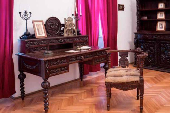 Biroul din lemn al scriitorului Ioan Slavici, prezentat într-o expoziţie la Muzeul memorial din Şiria