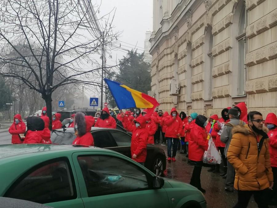 Medicii de la Sanitas protestează în faţa Prefecturii: vor salarii mai mari. Preşedintele Sanitas încasează 7.500 de euro  pe lună