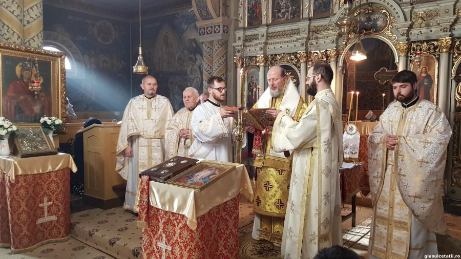 ÎN IMAGINI - Liturghia Arhierească și Slujba de Te Deum, la 162 de ani de la Unirea Principatelor Române, la Paraclisul Catedralei Vechi din Arad