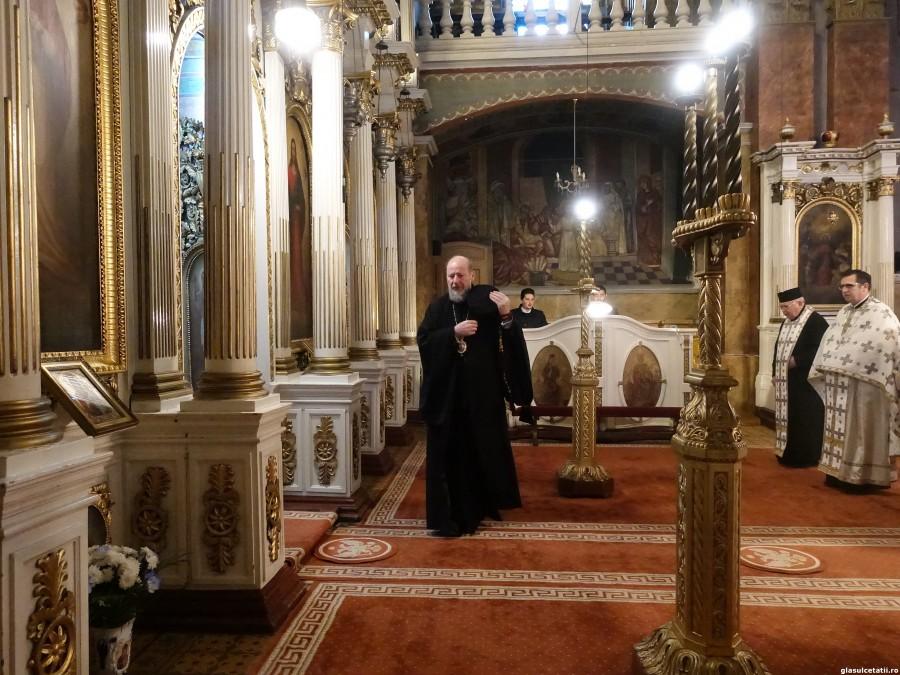 Rugăciunea mamei și dragostea lui Dumnezeu. Liturghie Arhierească la Catedrala Veche din Arad