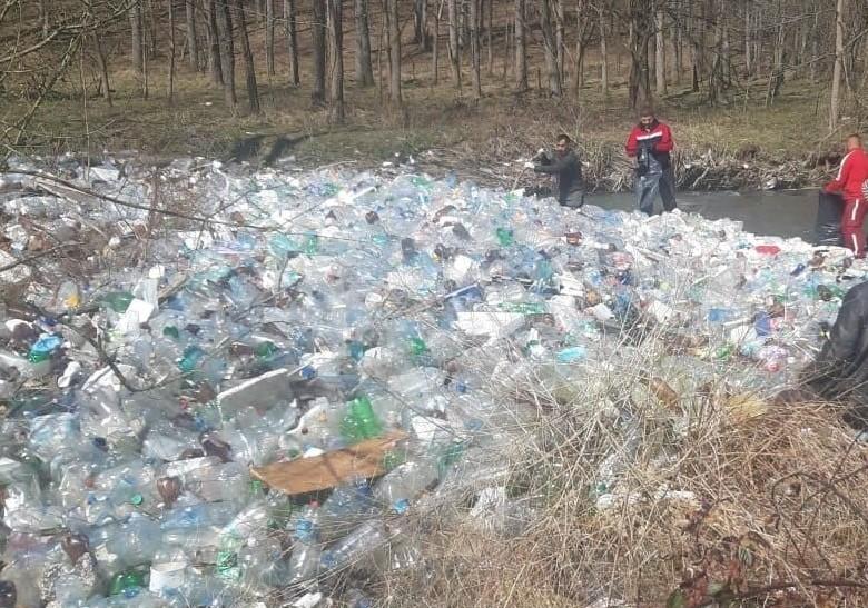 Responsabilitatea față de apă începe de la fiecare dintre noi. Peste 7.000 de saci cu deşeuri, colectaţi de pe cursurile de apă în doar 7 zile