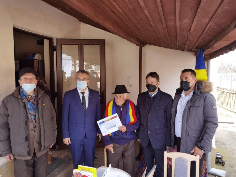 """Cel mai vârstnic veteran de război din Alba, sărbătorit la 104 ani. """"Să ne rugăm ca Dumnezeu să ne îngăduie pe pământ atât cât consideră El"""""""
