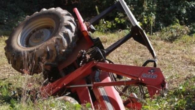 A condus beat criță un tractor și s-a răsturnat cu el, la Luguzău