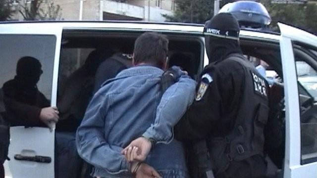 Un bărbat din Săvârșin a încercat să-i lovească pe un polițist și un jandarm, solicitați pentru a aplana conflictul
