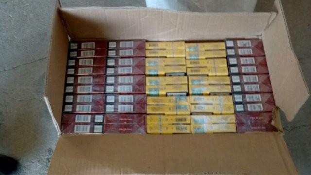 Trei arădeni, depistați în timp ce comercializau țigări de contrabandă