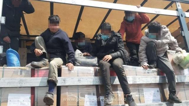 62 de migranți ascunşi în automarfare, descoperiți de polițiștii de frontieră